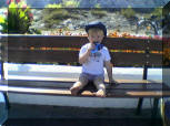 Promenade Kind isst Eis